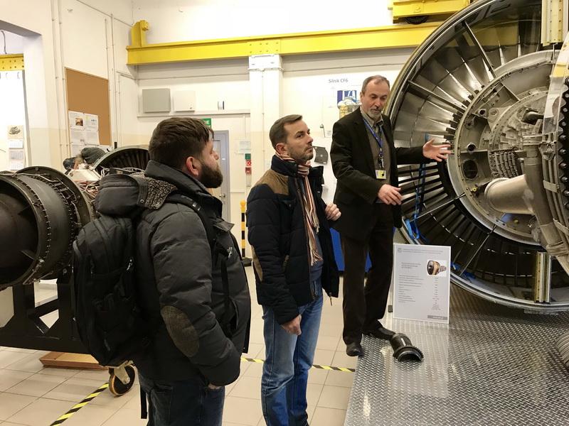 Wizyta ekipy Sonda 2 w Dydaktycznym Laboratorium Silnikowym. | Sonda 2 crew visiting the Engine Training Laboratory