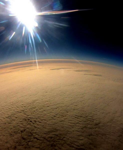 Obraz zarejestrowany ponad poziomem chmur, nawysokości ok. 16 km.