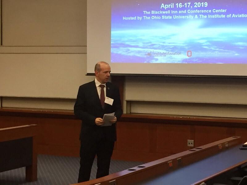 dyrektor Instytutu Lotnictwa podczas prezentacji nakonferencji, director of the Institute of Aviation during his presentation on aconference